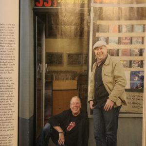 Mike und Zepp vor dem Schallplattengeschäft